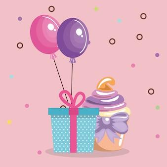Süßer und köstlicher kleiner kuchen mit geschenk und ballonen