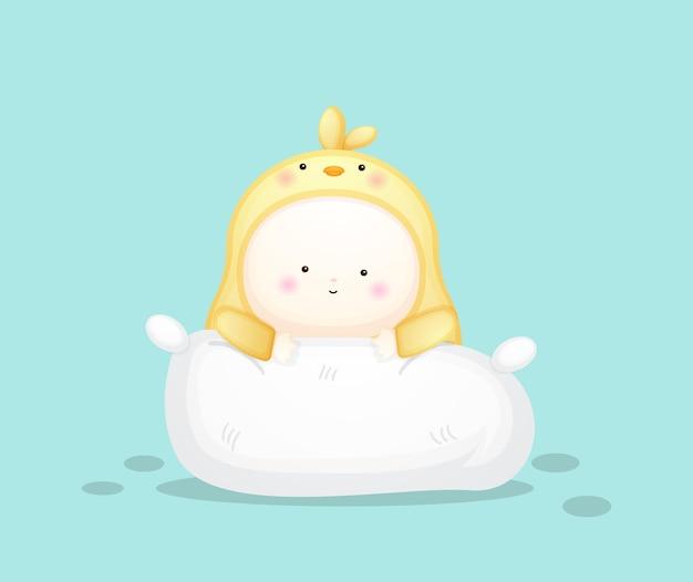 Süßes baby im kükenkostüm chillt auf dem kissen. maskottchen-karikaturillustration premium-vektor