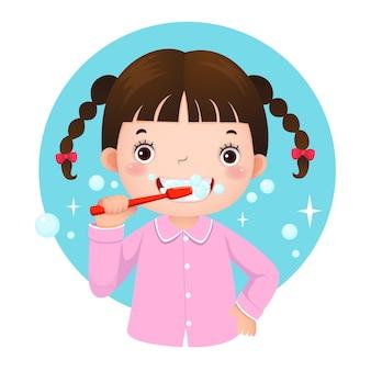 Süßes mädchen, das ihre zähne im pyjama putzt