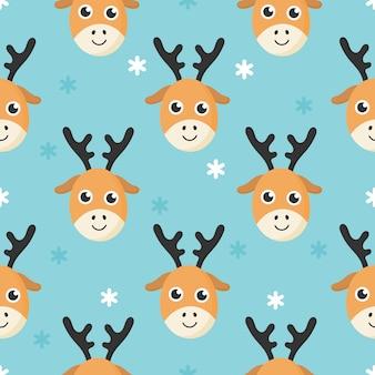 Süßes nahtloses muster mit cartoon baby hirsch und schnee für kinder. tier auf blauem hintergrund.