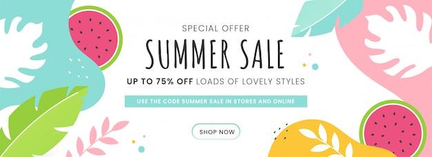 Summer sale header oder banner design mit 75% rabatt angebot, wassermelone und tropischen blättern auf abstraktem hintergrund verziert.