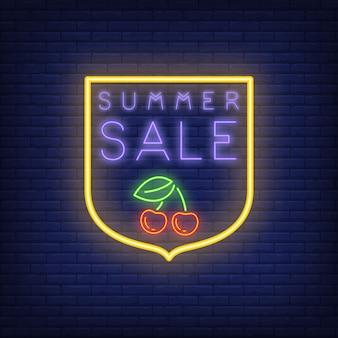 Summer sale leuchtreklame auf backsteinmauerhintergrund. illustration mit violettem text und kirsche
