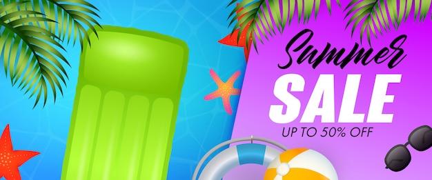 Summer sale schriftzug, schwimmfloß, seesterne und rettungsring