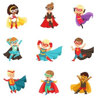 Superhelden mädchen und jungen gesetzt, kinder in superheldenkostümen bunte illustrationen
