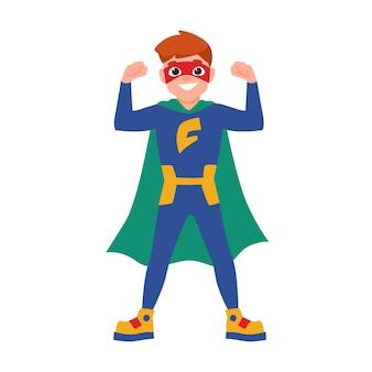 Superjunge oder superkind. netter junge mit maske, body und umhang, der in kraftvoller haltung steht. tapferer und starker kinderheld oder geheimagent mit superkraft. vektor-illustration im flachen cartoon-stil.