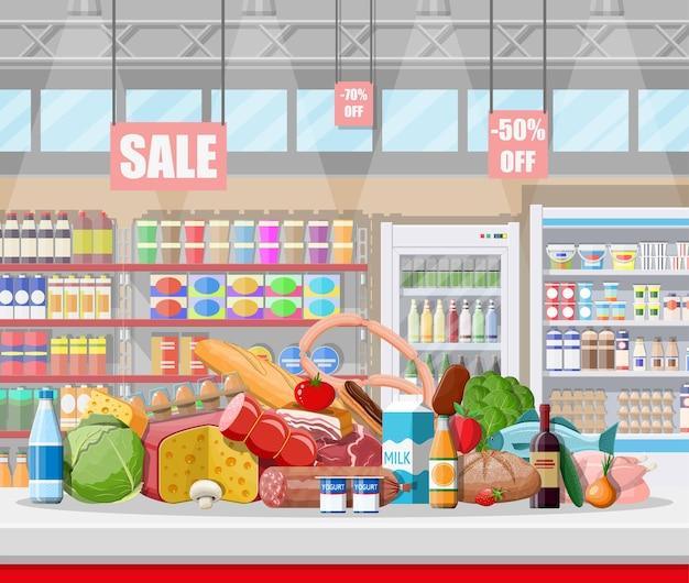 Supermarkt-laden-interieur mit waren. großes einkaufszentrum. innenladen im inneren. kasse, lebensmittelgeschäft, getränke, lebensmittel, obst, milchprodukte. vektorillustration im flachen stil Premium Vektoren