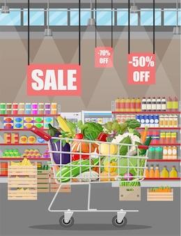 Supermarktgeschäft innenraum mit gemüse im einkaufswagen.