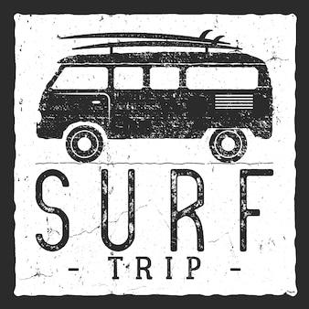 Surf trip konzept. sommer surfing retro abzeichen. strand-surfer-emblem, rv-außenbanner, weinlesehintergrund. bretter, retro-auto. surf icon design. für den sommer surfen logo, label, party flyer