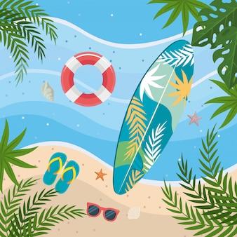Surfbrett mit float und flip-flop mit sonnenbrille im strandsand