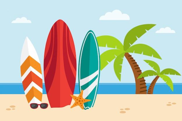 Surfbretter an einem strand auf seestückhintergrund