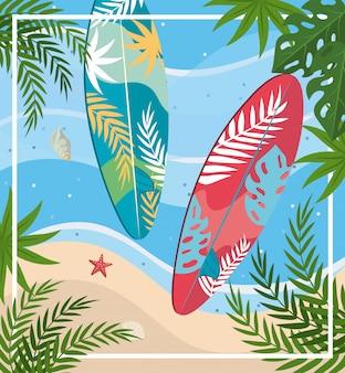 Surfbretter mit seestern und muschel mit blättern pflanzen am strand