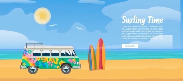 Surfender packwagen auf dem sandigen strand, dem surfbrett, den meereswellen und der klaren sonniger tagesvektorillustration. brandungsbusdesign für sportferien mit textschablone.