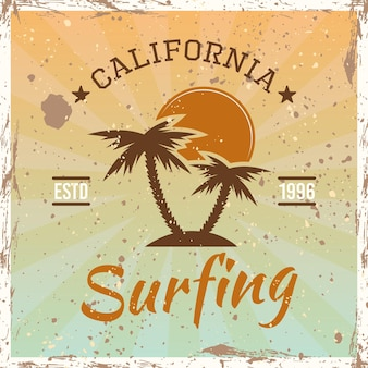 Surfendes farbiges vintage-emblem, abzeichen, etikett oder logo mit palmen und sonnenuntergangsvektorillustration auf hellem hintergrund