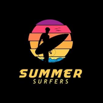 Surfer-silhouette-logo bei sonnenuntergang
