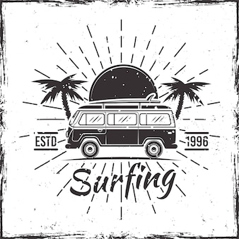 Surfing bus mit palmen, sonnenuntergang und strahlen schwarze vektorillustration
