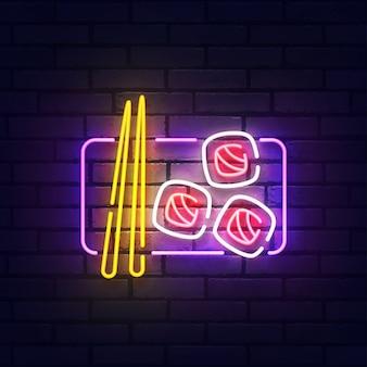 Sushi leuchtreklame. leuchtendes neonlichtschild der sushi-bar. zeichen der japanischen küche mit bunten neonlichtern lokalisiert auf backsteinmauer.