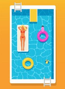Swimmingpool mit klarem wasser, aufblasbaren kreisen und einem mädchen