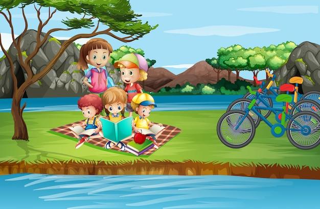 Szene mit den kindern, die im park picknicken