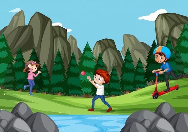 Szene mit drei kindern, die im park spielen