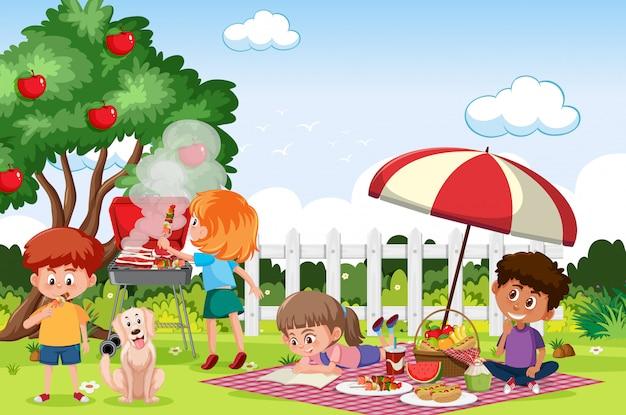 Szene mit glücklichen kindern, die im park essen