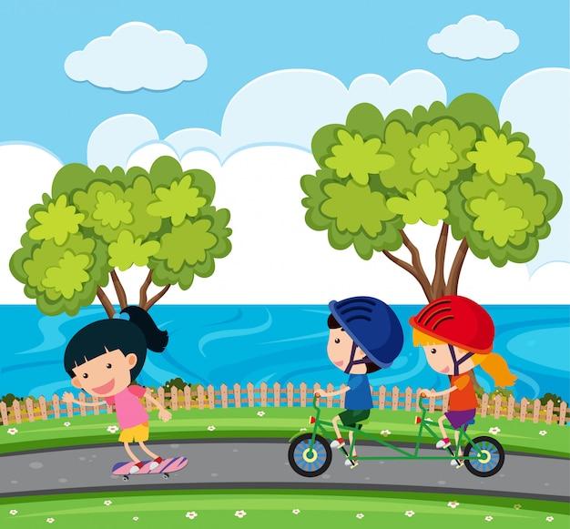 Szene mit kindern, die fahrrad im park fahren