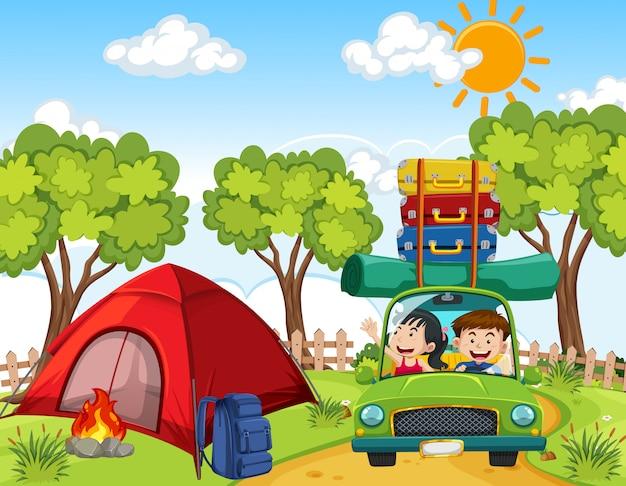 Szene mit leuten, die auf dem campingplatz fahren
