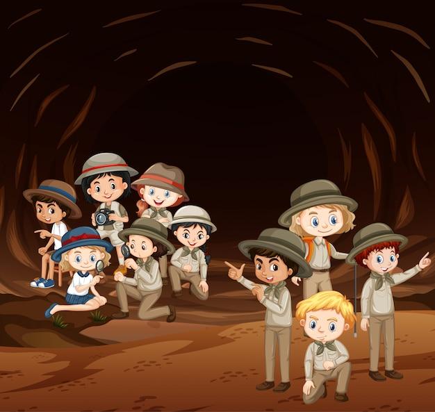 Szene mit vielen kindern in der höhle