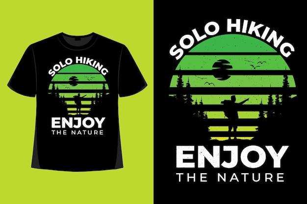 T-shirt-design des wanderns genießen naturkieferngrün retro-vintage-illustration