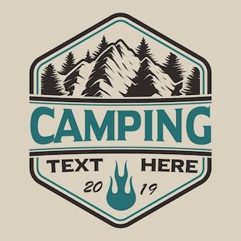 T-shirt design mit bergen im vintage-stil auf dem camping-thema. perfekt für t-shirt design. geschichtet