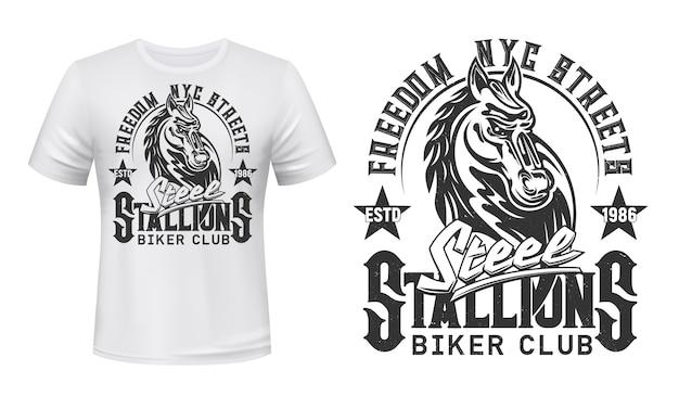 T-shirt druck mit hengstkopf. biker club maskottchen oder tattoo, weiße kleidung oder uniform. t-shirt activewear vorlage, monochromes abzeichen mit stuten tier und grunge schriftzug
