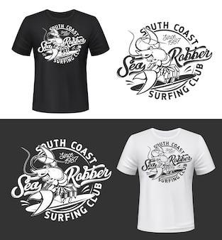 T-shirt druck mit lächelndem hummermodell, lustiges flusskrebsmaskottchen für surfclub auf schwarzweiss-bekleidungshintergrund mit typografie. grunge mode emblem design isoliert t-shirt drucketikett