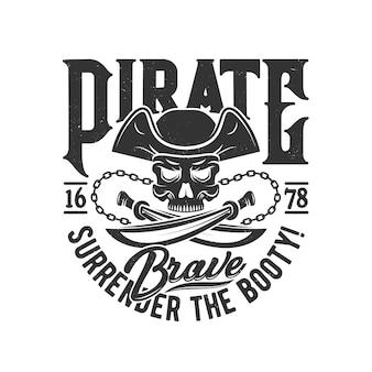 T-shirt druck mit piratenschädel in gespanntem hut und gekreuzten säbeln