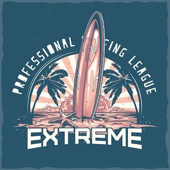 T-shirt-etikettendesign mit illustration des surfbretts, das auf dem strand mit palmen und sonnenuntergang steht