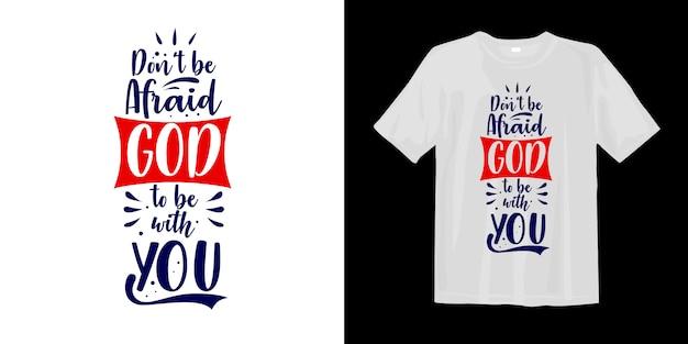 T-shirt mit typografischer beschriftung über glauben und religion