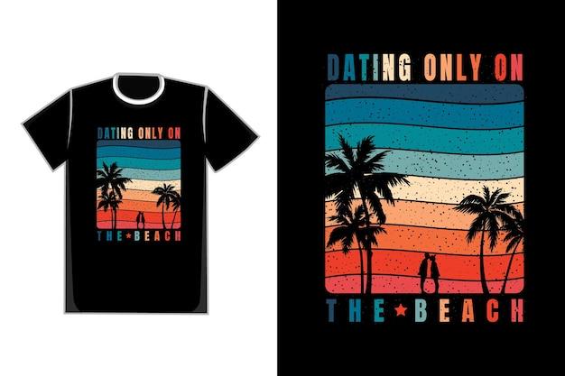 T-shirt romantisches paar im strandtitel, der nur am strand datiert