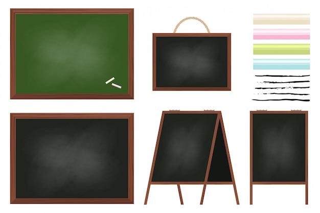 Tafel im holzrahmen für schule, menü, restaurants und präsentationen. satz schwarze und grüne bretter, bunte kreiden und pinsel lokalisiert auf einem weißen hintergrund.