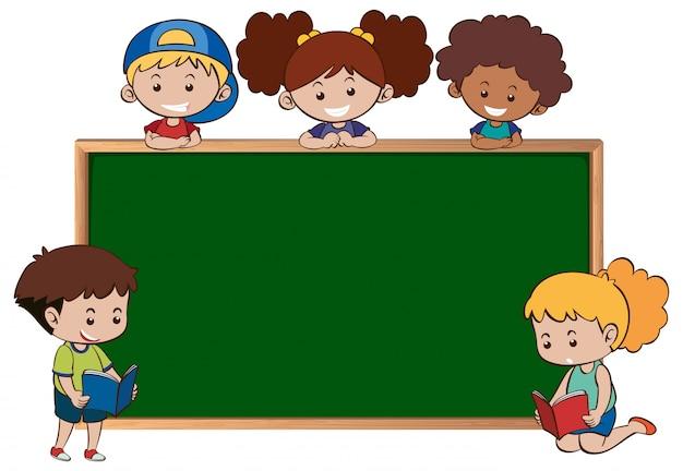 Tafel mit fünf glücklichen kindern