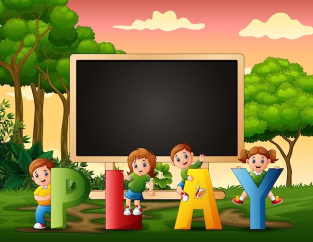 Tafel mit kindern, die auf natur spielen