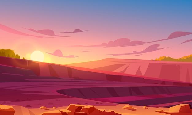 Tagebau-steinbruch bei sonnenuntergang