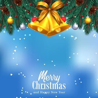 Tannengirlandendekoration mit goldener glocke und band mit blauem himmel für weihnachten
