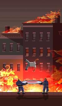 Tapfere feuerwehrmänner halten trampolin leben sicheres netz fangen fallen mann brandbekämpfung notdienst konzept feuer in brennenden haus orange flamme stadtbild hintergrund voller länge vertikal