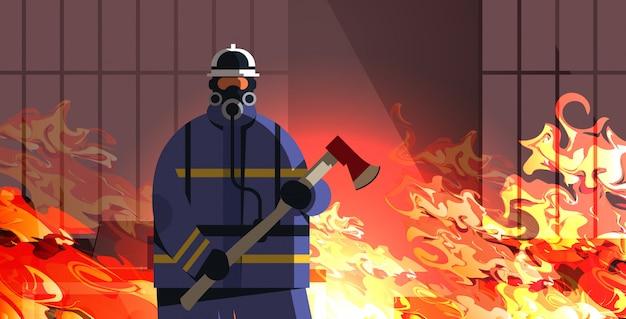 Tapferer feuerwehrmann, der axtfeuerwehrmann hält, der uniform und helmfeuerwehr-notdienst trägt, der feuerkonzept löscht, das hausinneres orange flammporträtvektorillustration brennt