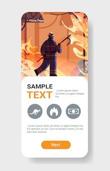 Tapferer feuerwehrmann, der den schrott löscht gefährliches verheerendes kämpfendes buschfeuer feuerlöschendes naturkatastrophenkonzept intensive orange flammen smartphoneschirm bewegliche app-vertikale hält