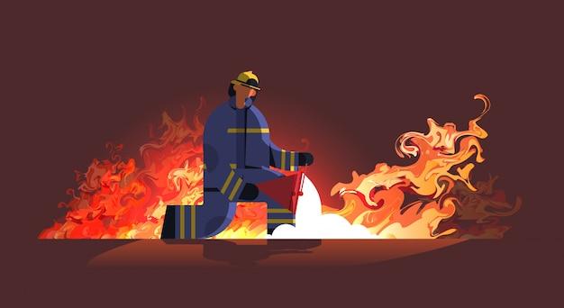 Tapferer feuerwehrmann, der rote eimer mit sandfeuerwehrmann hält, der feuerfeuerwehrnotfallkonzept orange flamme löscht