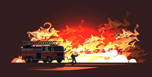 Tapferer feuerwehrmann in der nähe von feuerwehrauto, der flammenfeuerwehrmann löscht, der uniform und helm trägt, der wasser sprüht, um verheerendes feuerwehr-notdienstkonzept flache horizontale in voller länge zu sprühen