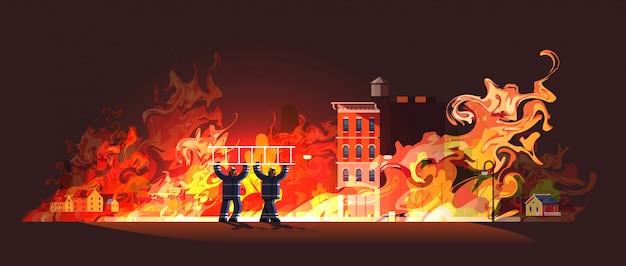 Tapferes feuerwehrmännerpaar, das leiter-feuerwehrmann-team im einheitlichen feuerwehr-notdienst trägt, löscht feuerkonzept brennendes haus orange flammhintergrund in voller länge horizontal
