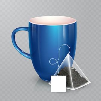 Tasse für tee oder kaffee. keramikbecher auf transparentem hintergrund. realistischer pyramidenförmiger teebeutel mit etikett.