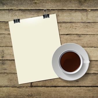 Tasse heißen kaffee und briefpapier auf holz