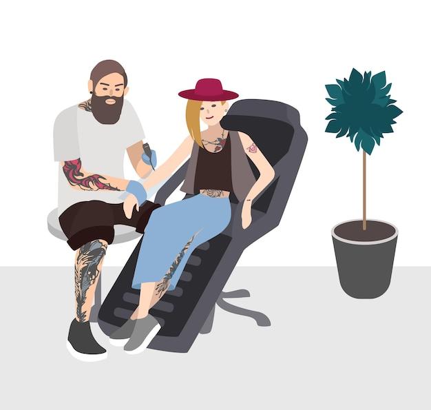 Tattoo-meister bei der arbeit. professioneller tätowierer, der junge frau tätowiert. tätowierer mit kunden. flache abbildung.