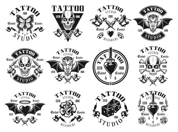 Tattoo-studio-set von zwölf vektoremblemen, t-shirt-drucken, etiketten, abzeichen oder logos im vintage-monochrom-stil einzeln auf weißem hintergrund